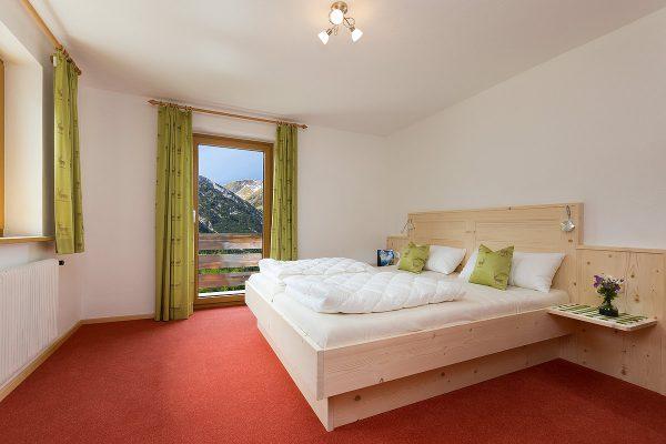 Schlafzimmer mit kleinem Sanitärbereich