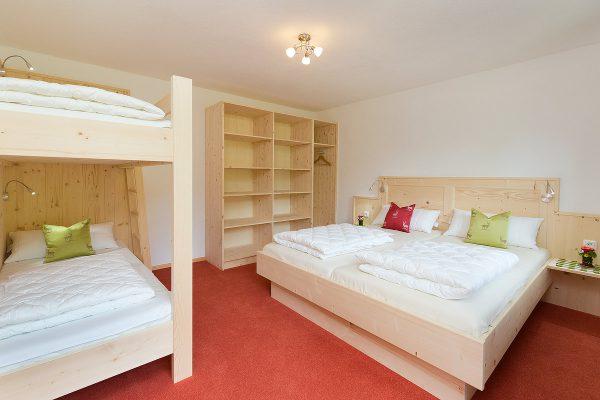 1. Schlafzimmer mit Doppelbett und Etagenbett (2. Ansicht)
