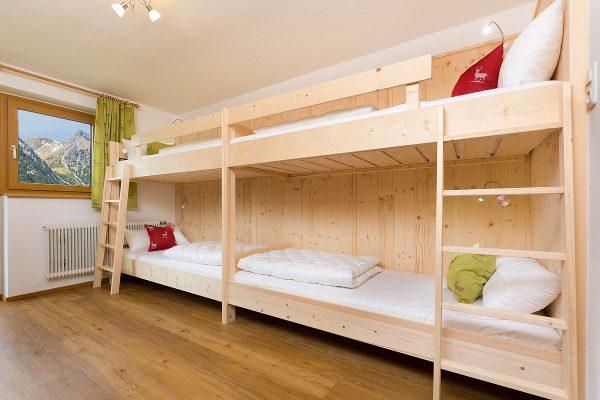 Naturholz-Schlafzimmer mit Etagenbetten