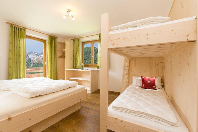 Naturholz-Schlafzimmer mit Panoramabalkon