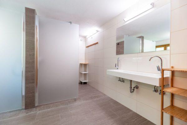 Getrennte Duschbereiche für Frauen und Männer