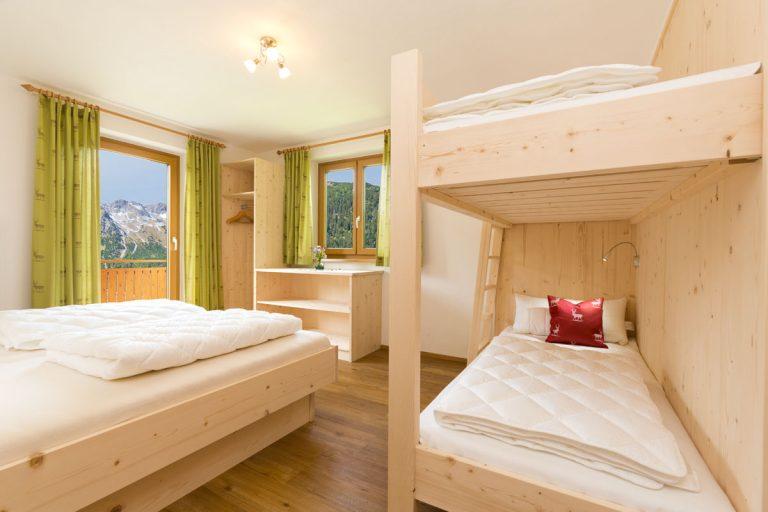 4. Schlafzimmer mit Doppelbett und Etagenbett