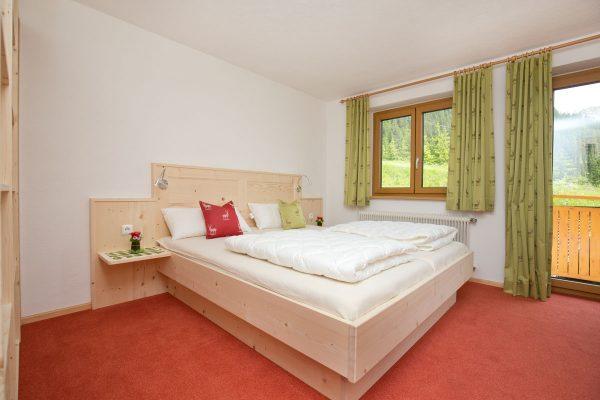 1. Schlafzimmer mit Doppelbett und Etagenbett
